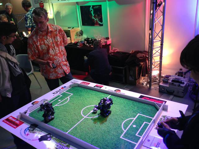 Tecklab, partie de foot entre robot