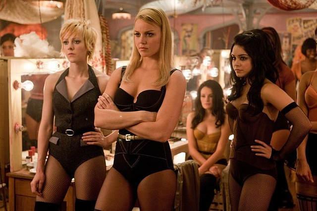 JENA MALONE est Rocket, ABBIE CORNISH est Sweet Pea et VANESSA HUDGENS est Blondie
