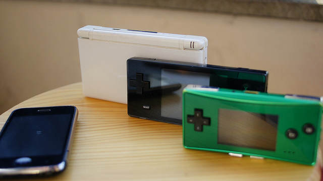 Photo de la Dingoo aux côté de la DS et le l'Iphone