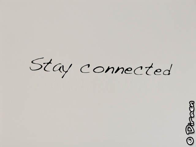 """Photo slogan """"Stay Connected"""" dessiné sur un mur"""