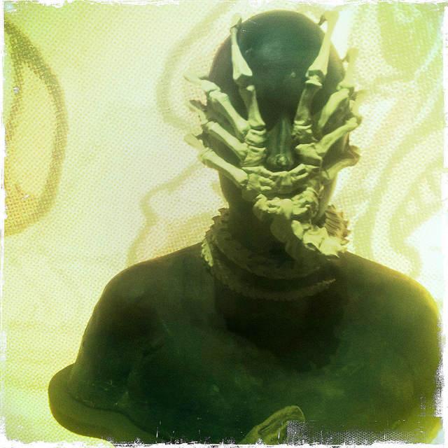 """Photo d'un manequin """"parré"""" d'un Facehugger (Film de Référence : Alien)"""