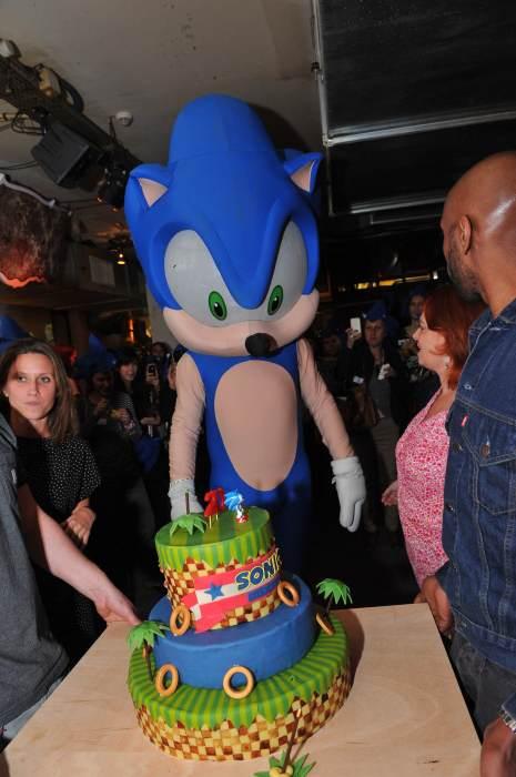 Photo - Mascotte Sonic avec un monsieur dedans qui doit crever de chaud