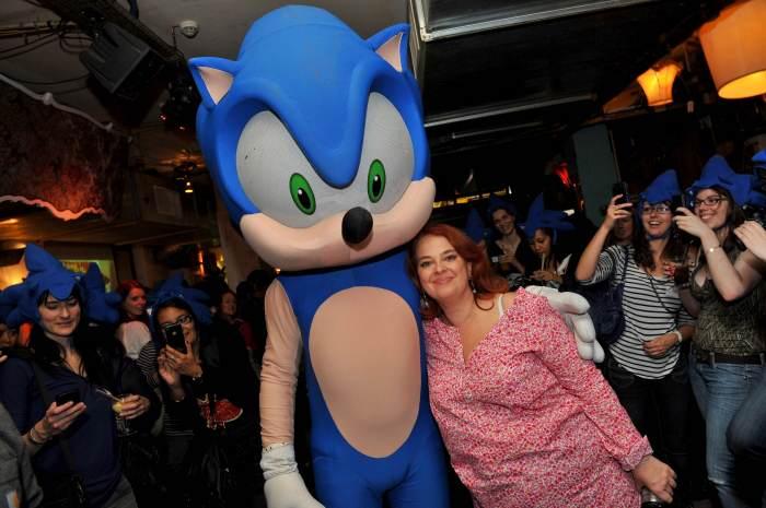 Photo de Sandrine Camus et de la mascotte Sonic