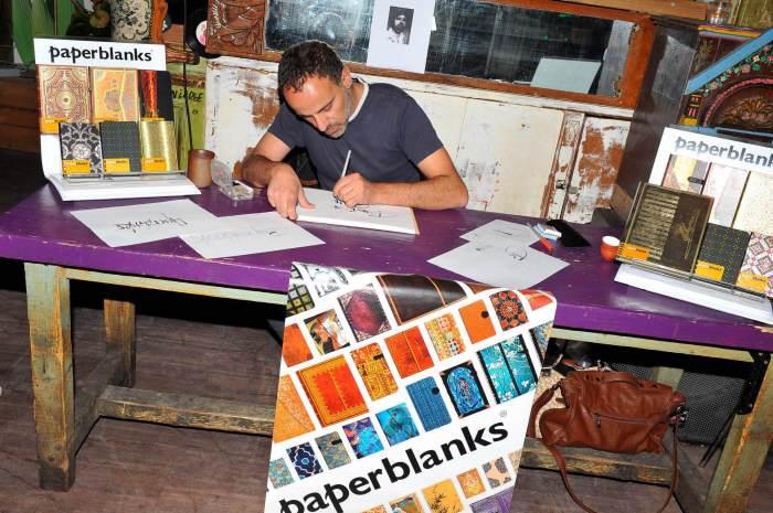 Photo - Stand Paperblanks animé par un calligraphe