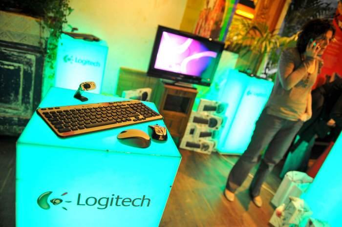 Photo - Stand Logitech avec accessoires présentés sur cubes lumineux