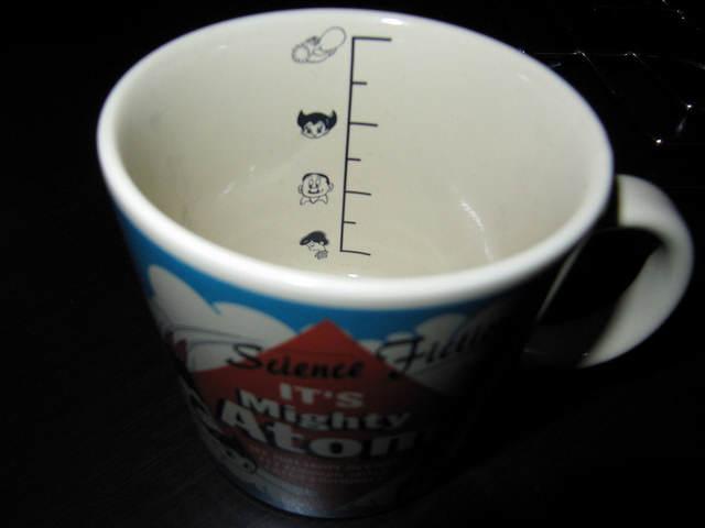 Photo de l'intérieur de la tasse, avec une échelle de graduation illustrée avec la tête des perso de l'univers d'Astro