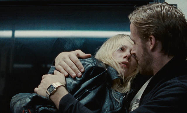 Photo tirée du film <em>Blue Valentine</em> montrant les deux tourtereaux, jeunes, enlacés, sur un siège de bus.