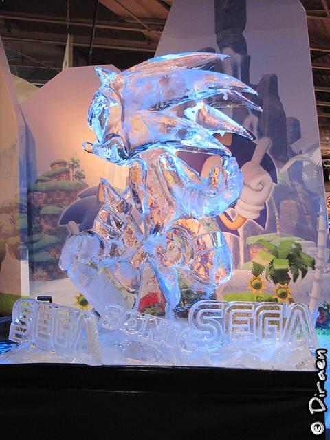 """Photo de la scuplture de glace """"Sonic"""" sur le stand Sega"""