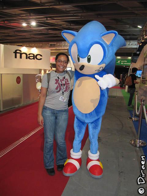 Photo de Sonic (déguisement) et moi, bras dessus, bras dessous