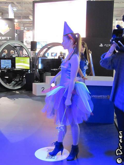 Jeune fille déguisée en fée aux couleurs de Playstation