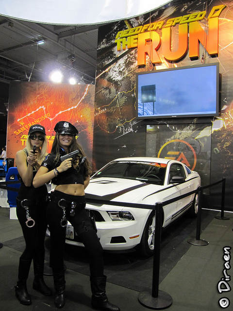 "Photo d'hôtesses habillées en policiers sur le stand ""Need For Speed : The Run"""