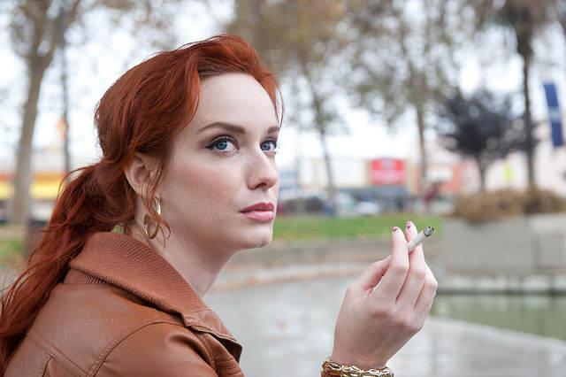 Un personnage féminin secondaire, jouée par Christina Hendricks, une actrice de la série Mad Men