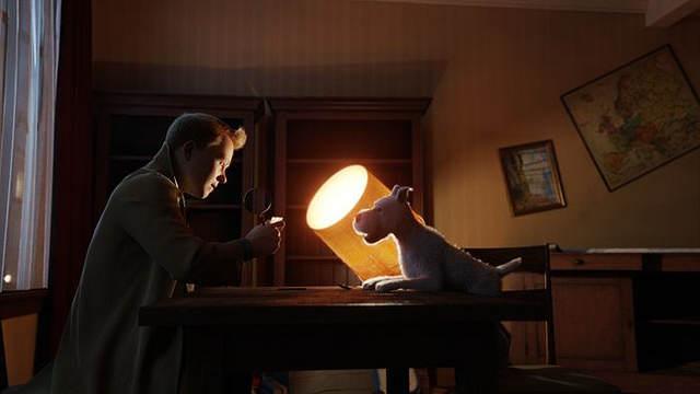 Tintin et Milou sont penchés sur le parchemin à la seule lumière d'une lampe de bureau