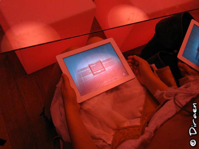 Photo d'un Ipad sur lequel tourne Assassin's Creed Multiplayer Rearmed