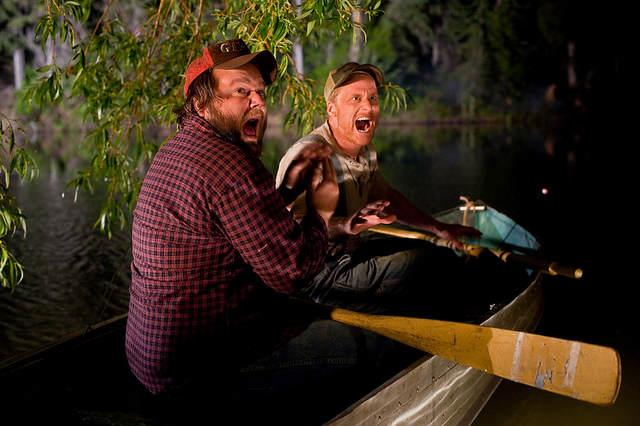 Tucker (Alan Tudyk) et Dale (Tyler Labine) sont dans une barque et hurlent.
