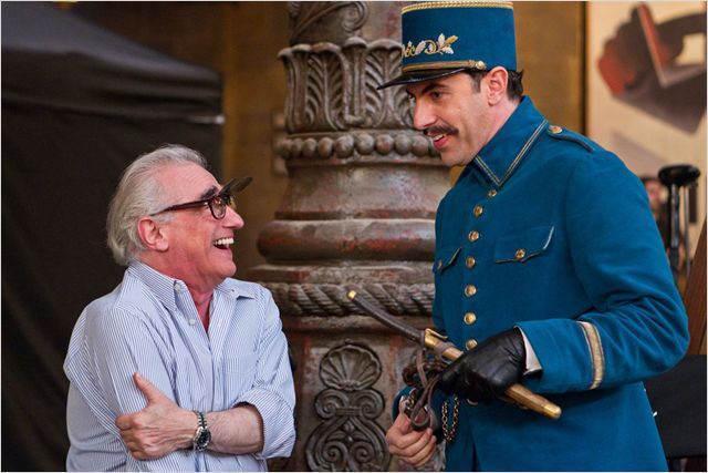 Martin Scorsese et Sacha Baron Cohen, sur le tournage et rient ensemble