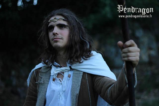 Photo de Merlin, dans Pendragon, donc jeune, avec toujours ce regard niais...