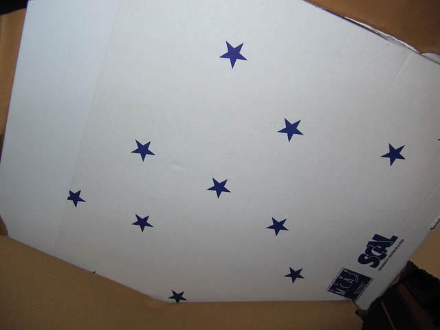 Arrières de la boites blanche, recouverte d'étoiles bleues