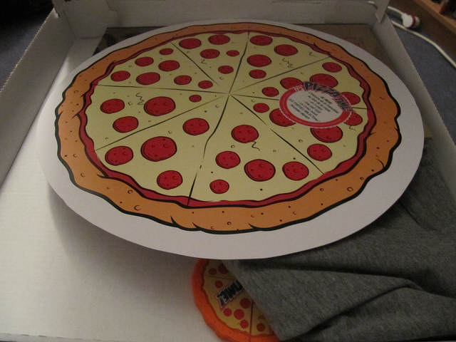 Intérieur de la boite avec un disque carton, façon pizza