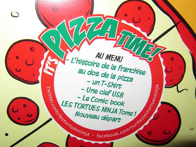 """Photo - Gros plan sur le descriptif du buzzkit marqué sur la """"pizza"""""""