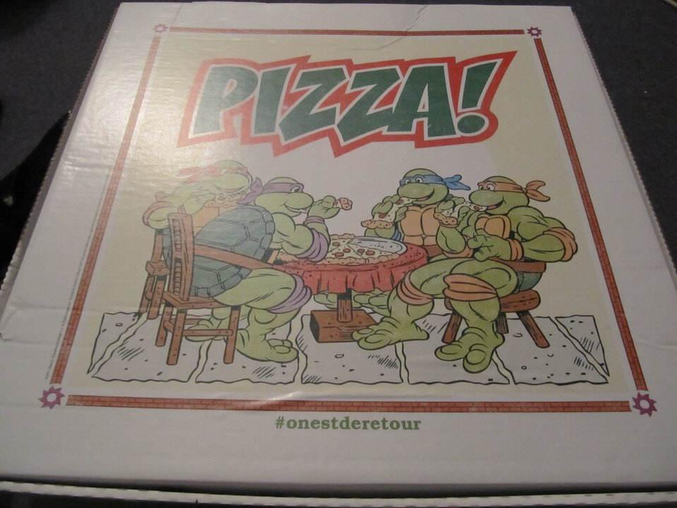 Une boite à pizza recouverte d'un dessin des 4 tortues ninja !