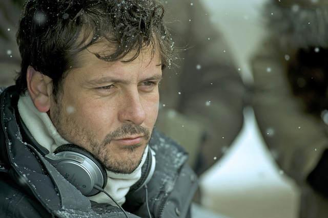 Photo du réalisateur sous la neige, en plein tournage