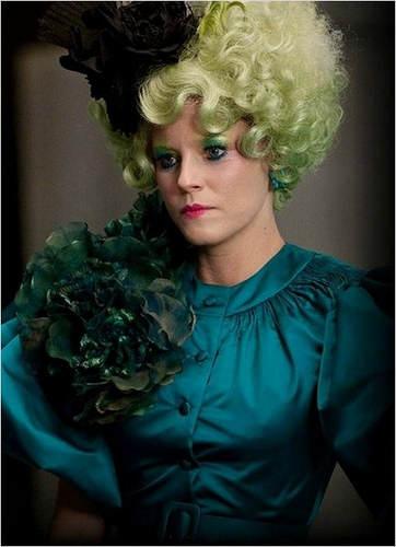 Effie, la représentate du Capitole, en costume vert flamboyant