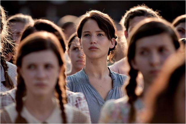 Katniss, dans la foule, au moment du tirage au sort