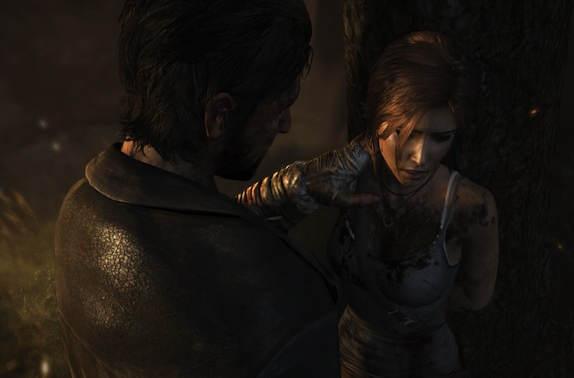 Contre-plongée : Un homme pose la main sur le coup de Lara, elle-même ligotée les main dans le dos.
