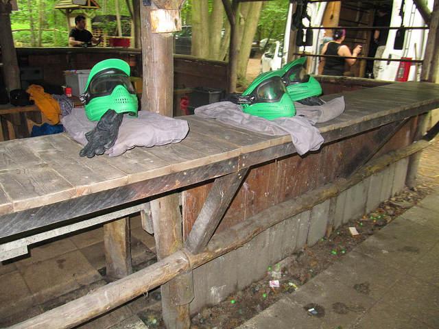 combinaison, casque et gants de protection, posés sur le comptoire