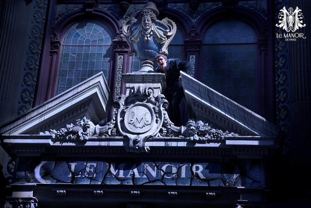 Quasimodo, hurlant,, accroché au-dessus d'un porche