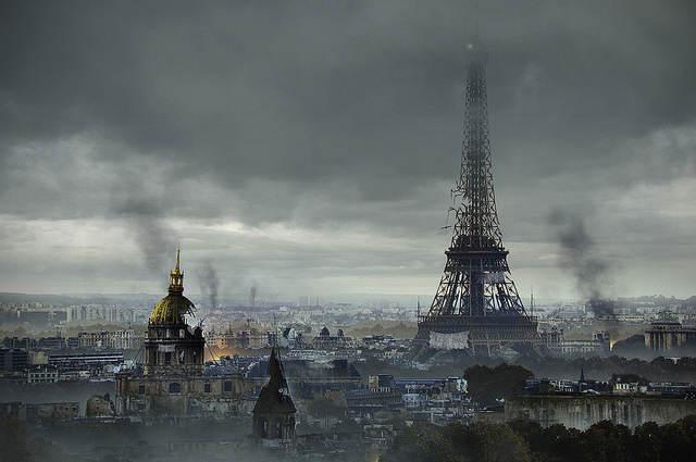 La tour Eiffel tombe en ruine et de lourdes volutes de fumée obscurscissent le ciel de la capitale