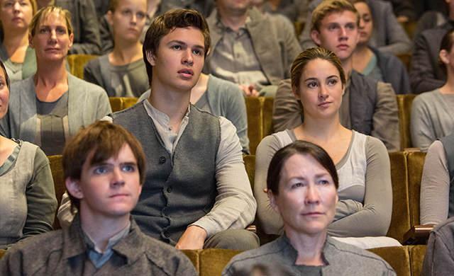 Triss assise à coté de son frère lors de la cérémonie du choix de faction