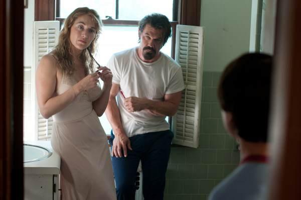 Kate Winslet, Gattlin Griffith et Josh Brolin dans la salle de bain