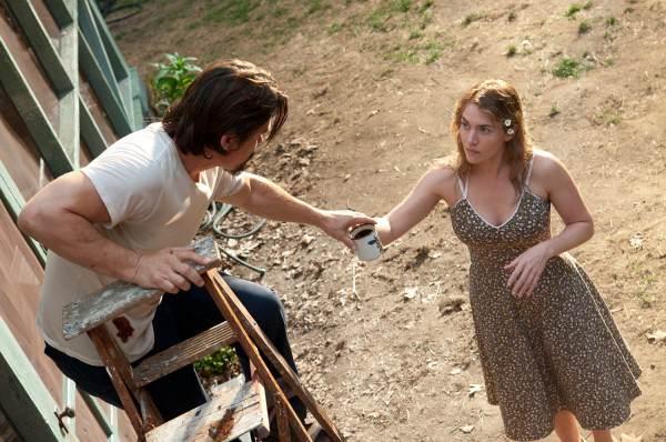 Kate Winslet tend une bouteille d'eau à Josh Brolin